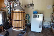 アロマオイル、エッセンシャルオイルを使用した香りの空間デザイン、アロマテラピースクールならaromato(アロマト)|蒸気を入れ抽出を待ちます(原料の種類により1時間~数時間)