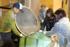 アロマオイル、エッセンシャルオイルを使用した香りの空間デザイン、アロマテラピースクールならaromato(アロマト)|蒸留釜に残った原料を取り出します